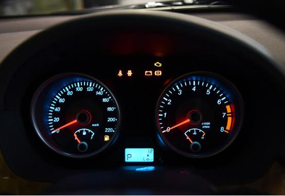 桑塔纳的仪表盘造型采用双圆盘和中央显示屏的传统设计,数据信息显示