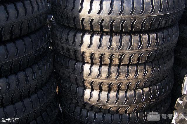 [爱卡汽车 汽车文化 原创] 轮胎,是汽车与地面接触的唯一媒介,它肩负着承重、刹车以及行车安全等重要职责。一个小小的轮胎,需要完成以上这么多重要而又复杂的工作,这时轮胎上的花纹就起到了至关重要的作用。   相信大家都知道,轮胎与地面真正的接触面积其实是很小的,但却肩负着重要的职责,因此其重要性应该不言而喻了吧!但轮胎可不是生来就有花纹的哦,别急,我们先一起追寻一下轮胎的历史印记,大致了解汽车轮胎的变迁。 很早以前,轮胎都是由木头、铁等材料制成,这从我国古代的战车和国外的马车上都能看出来。 后来,美国发明家