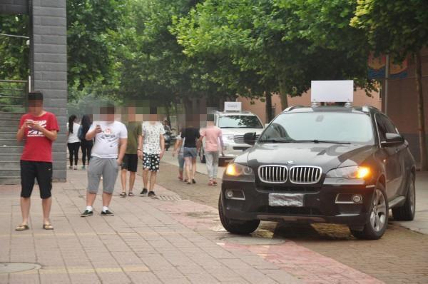 大学生开200万豪车来学校表白,还是暑假刚拿驾照的新手