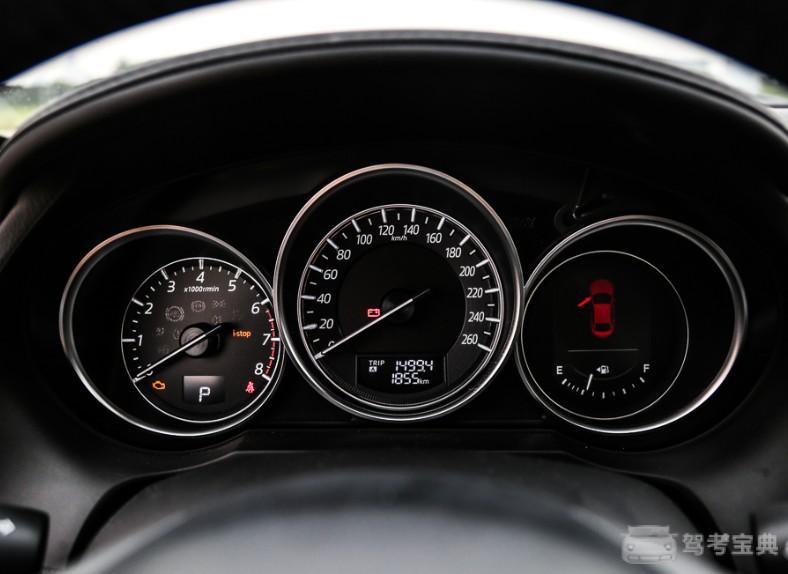 仪表盘方面,新款阿特兹依然采用了三筒式仪表盘.