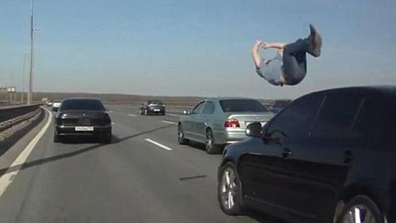 想死都难!实拍男子马路上见车就撞自杀未果