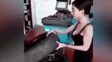 实拍大胸美女拆装轮胎 网友看后直言受不了