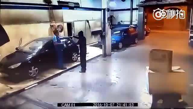 劫匪打劫洗车店,被洗车老板拿着枪教做人