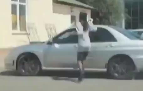 美女对车窗撩裙整理丝袜 下一秒糗大了
