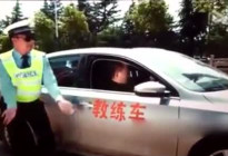 二货女学员学车戏耍教练,交警都看不下去了