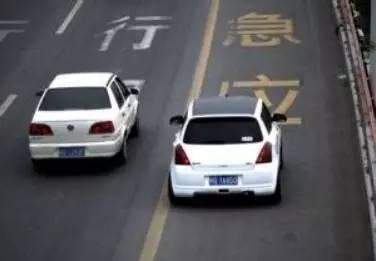 """司机为集齐""""五福""""拼命了!竟停在高速应急车道上……"""