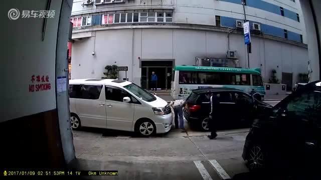 锦江驾校:黑车倒车撞白车
