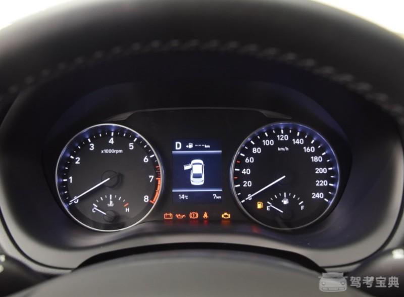 在2016年广州车展上北京现代推出了它的全新车型CELESTA,命名为全新悦动。全新悦动并非是现款悦动的改款车型,而是现代针对中国市场和中国消费者的需求而推出的一款全新车型。新车为一款入门紧凑级三厢轿车,定位于在悦纳之上领动之下,外观上也与这两款车型非常相似,主打年轻时尚风格,只不过看上去稍微精致了一些。下面就让我们一起走近这款新车,看看它的综合表现怎么样吧。 外观:采用全新家族化设计语言  从外型上可以看出,全新悦动采用了现代MODERN SIMPLICITY设计语言,主打简约运动,车身
