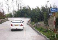 驾驶技巧:上坡路段临时停车防后溜,该怎样转方向盘最安全