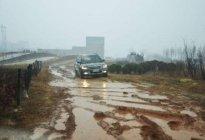 安裕丰驾校:泥泞路上怎样使用制动器