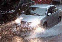 国伟驾校:雨天行车有什么驾驶技巧