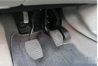 在开车是时除汽车起步,换挡和低速刹车需要踩下离合器踏板外,其他时间