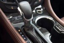 驾驶技巧:刹车和油门为什么都是右脚控制