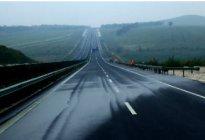 东方驾校百科:雨天上高速安全行车技巧有哪些