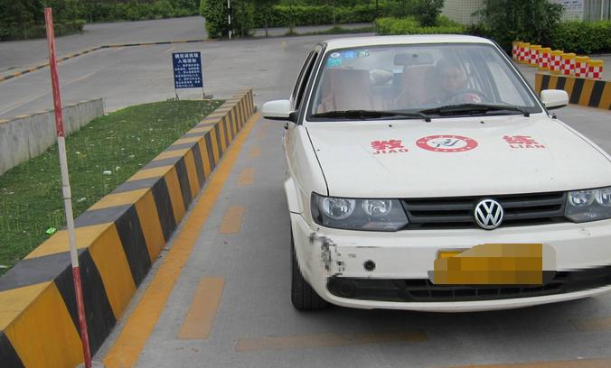 安顺康驾校:学车科目二定点停车与坡道起步