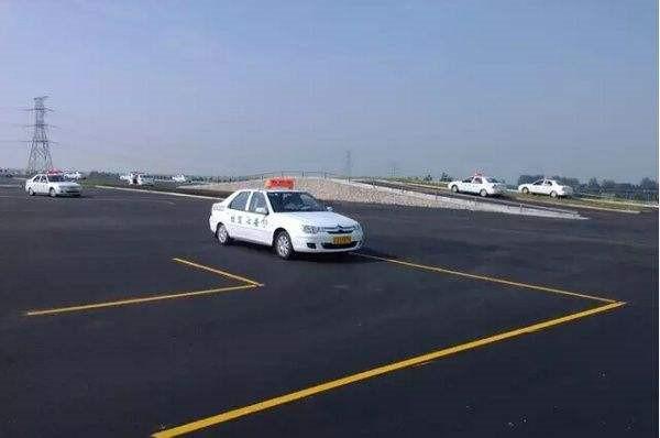 一、科目二考试项目: 上坡起步定点停车、侧方位停车、曲线行驶、直角转弯、倒车入库。 (根据不同的考场,项目的考试顺序会有调整) 二、解析:小心,这些地方容易扣分 未系安全带:扣100分 未关好车门:扣100分 未开转向灯:起步、转向、变更车道、超车、停车前未使用转向灯或使用少于3秒,扣10分(使用转向灯少于3秒,经常成为学员扣分的原因。) 熄火一次:扣10分 五项考试标准及技巧: 1曲线行驶 1.