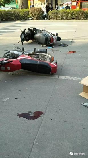 漳州南靖两辆摩托车相撞 两伤者躺地头部大量流血