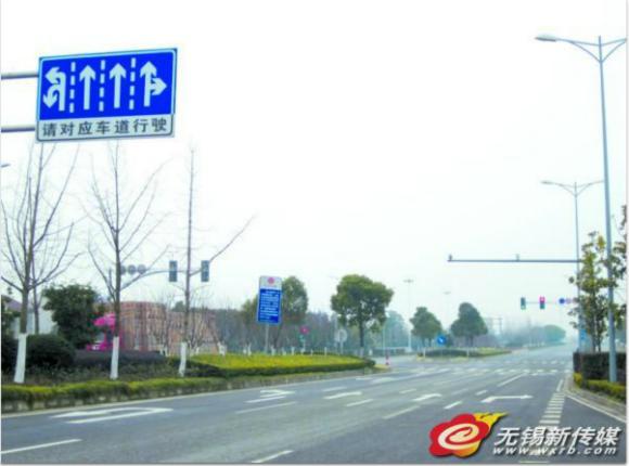 无锡一路交通指示牌与引导线矛盾 绕晕司机