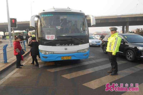 青岛平度43岁男司机朱某原本考取了b2驾照,春运期间,为了开大客车多挣