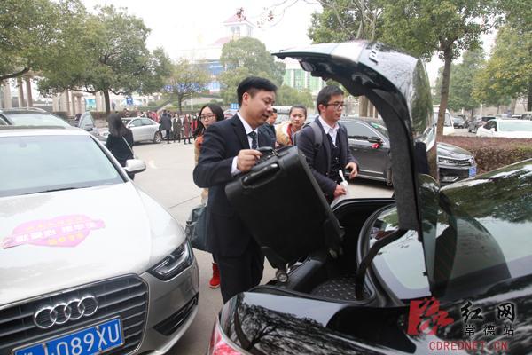现在顺达驾校小编就为大家讲述新学期开学日 湖南文理学院院长开私车
