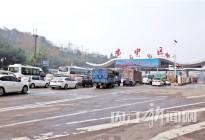 """昨日清晨,雾""""锁""""高速 收费站前,300辆车排""""长龙"""""""