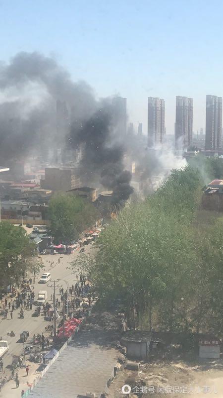 保定华电二校附近,车辆起火波及煤气罐后发生爆炸,现场一片狼藉