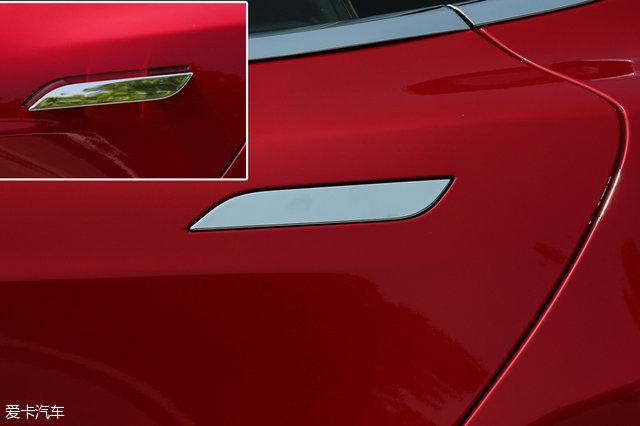 特斯拉的车门把手结合了隐藏式和无钥匙进入的优点,当车主靠近车门,门