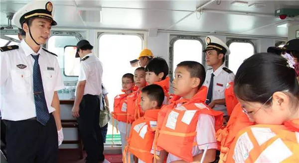 提高小朋友的水上安全意识和求生能力,现场学习正确的穿戴救生衣方法.