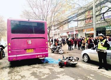 电动车车主当场死亡,目前轿车车主遭警方刑事拘留,公交车车长无法取得