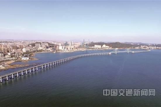 星海湾大桥历经4年施工建设,全长6公里,设计时速80公里,双向8车道