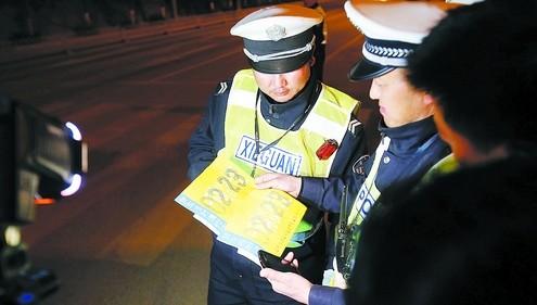 现在电子车险怎么没有保险标,这样上路警察查到车是不会罚款? 律图