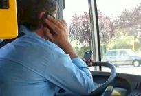最强一心多用司机:一手电话、一手短信、肘部控制方向盘