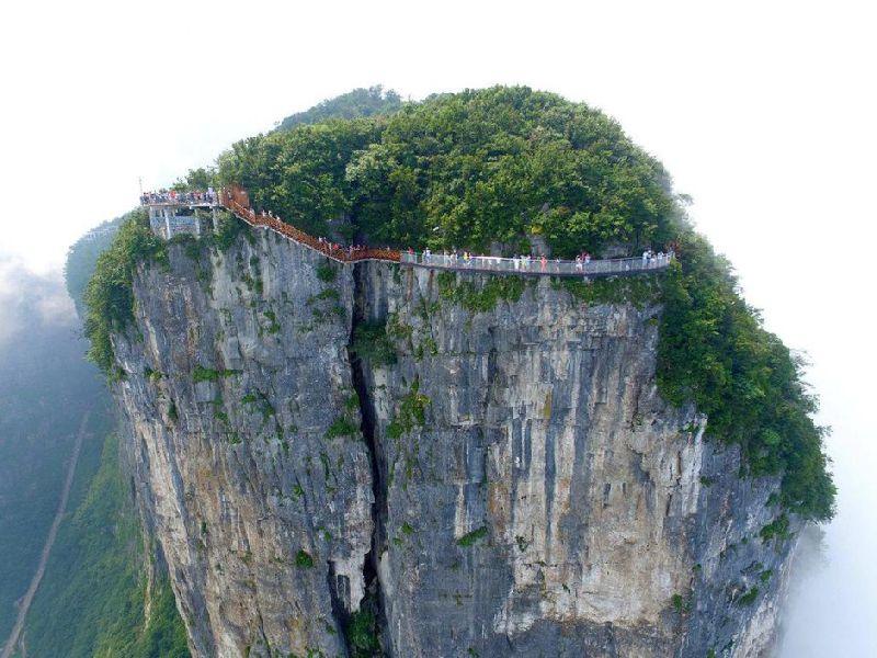 8月1日,湖南省张家界市天门山风景区第三条玻璃栈道——盘龙崖玻璃