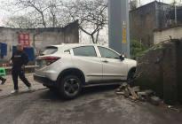 开车犯春困 22年老司机撞穿围墙