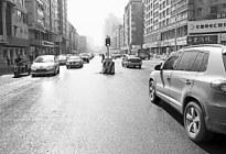 """临时红绿灯 有时""""矮""""得让人看不见 易被大车遮挡"""