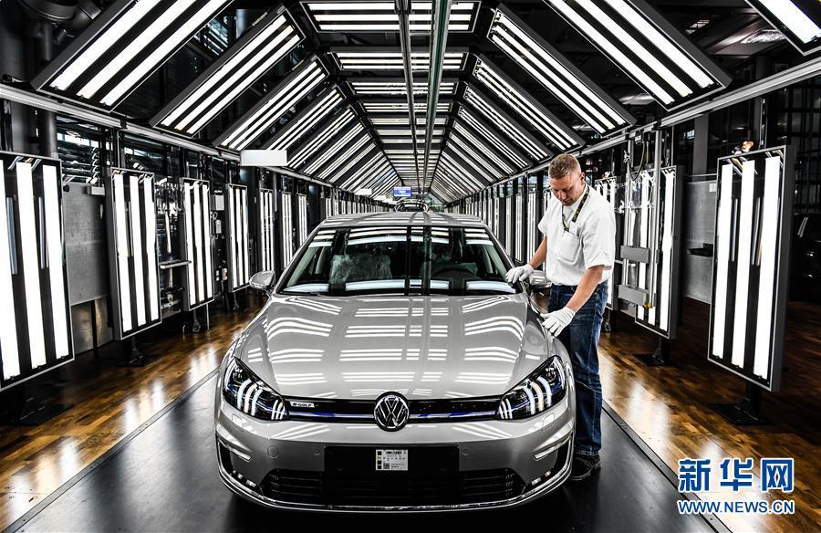 """4月25日,在德国德累斯顿大众汽车工厂,一名工人在""""e-高尔夫""""电动能源"""