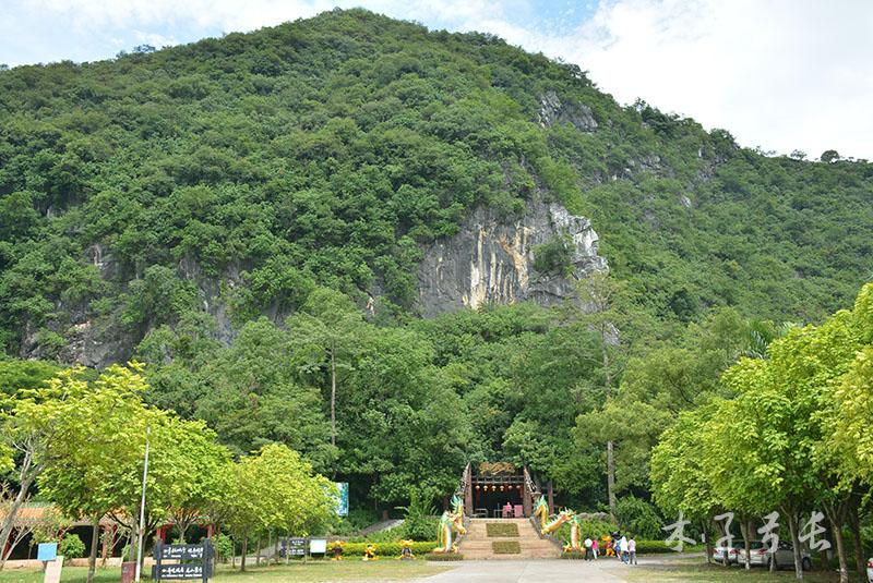 龙山风景区主要是几个溶洞和山水风光,景色一般,但貌似这家酒店还不错