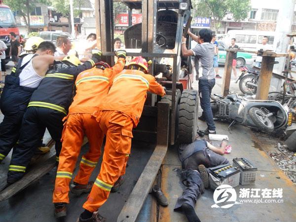 余姚一男子修铲车时车突然启动 男子被压车下身亡