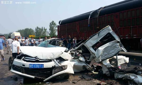 陕西高速公路惨烈车祸 8车连撞致2人死亡