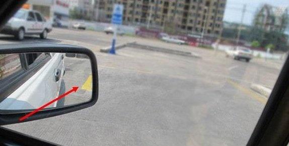 5,继续向后倒车,注意观察后视镜,当车身与库边线平行时,快速回正方向.