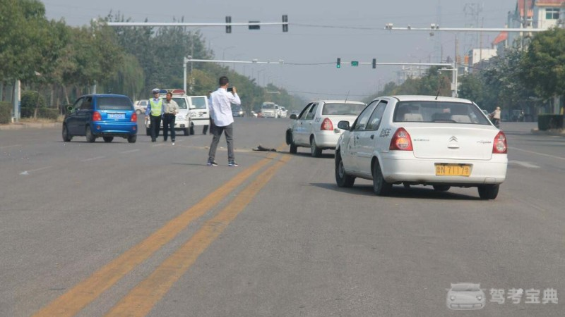 科目三红绿灯路口停车与起步操作技巧,这样做就对了,考试不担心扣分!