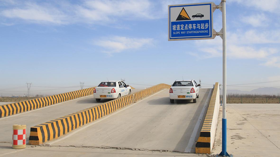 坡道起步_灵武宁东驾校:驾驶技巧:科目二半坡起步操作与技巧!