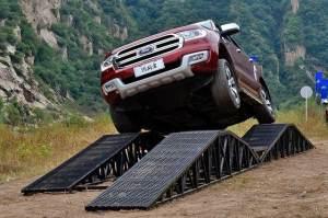 全能的硬派SUV,不到三十万,涉水能力超越路虎