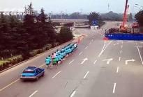 司机冲进晨练队伍一死两伤 行人占用机动车道事故责任