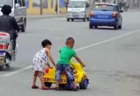 车停在路边不动,反被摩托车撞上,倒霉的是车主还要赔偿!