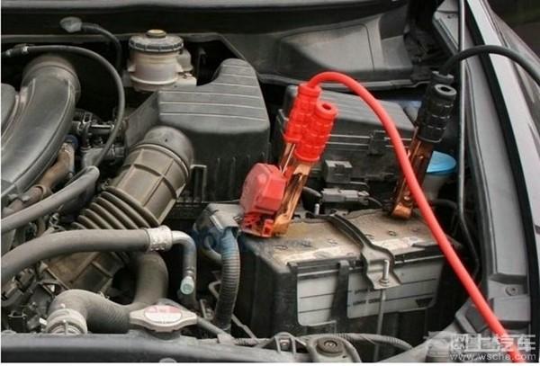 汽车电瓶没电了怎么办? 本来今天高高兴兴开车出门,为什么要出现这种情况,汽车电瓶竟然没电了,也许很多车主都会遇到这种情况,这个时候就要请朋友的车帮忙了,下面小编以朋友车搭线为例介绍电瓶充电的步骤。 第一步、当汽车电瓶没电时,不要硬着头皮发动汽车,应该找附近的朋友帮忙,只要对方开车过来,而且汽车电瓶电量充足,再带着电瓶夹就可以。