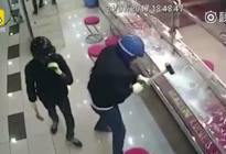 四个笨贼打砸珠宝店,看过监控的人都笑了