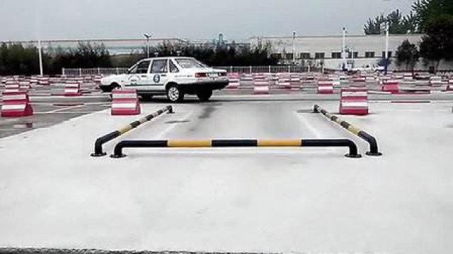 驾驶技巧:科目二倒车入库,车辆入库后如何修正方向盘?