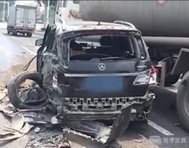 奔驰车撞上油罐车,再被大货车挤碎,最后结果咋样了