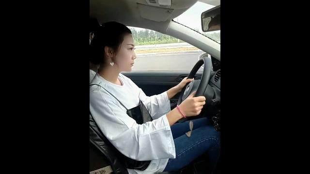 驾驶技巧:美女科目三考前准备操作,教练重难点细节讲解,考试不出岔子